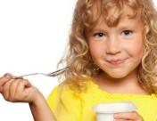 holka s jogurtem