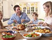 112808754_rodina u jídla